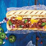 Hot dog gigante de carne con chile