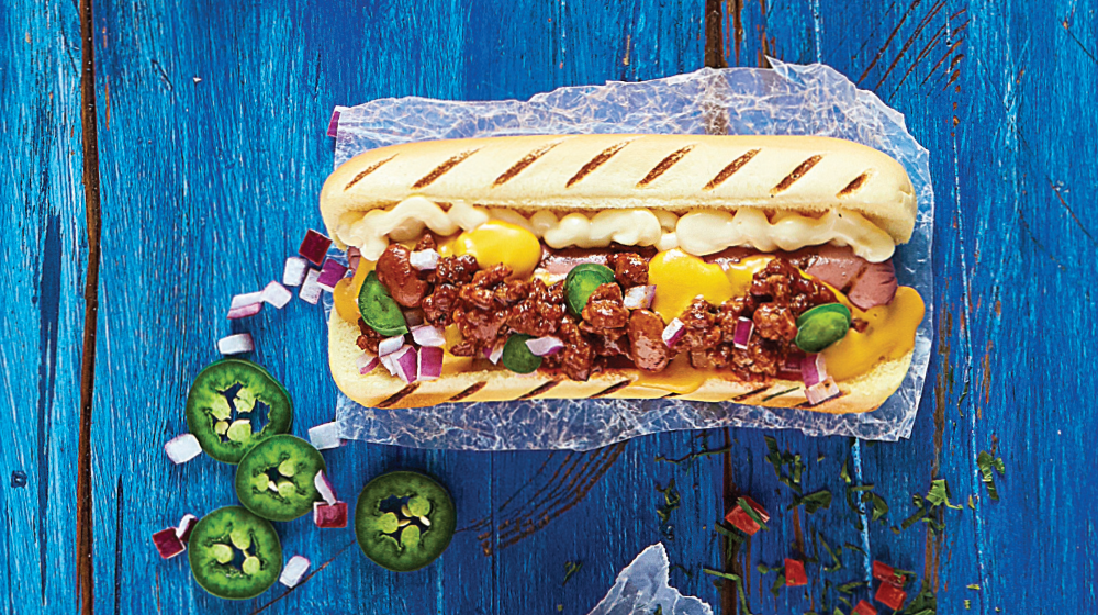 Hot dog gigante de carne con chile