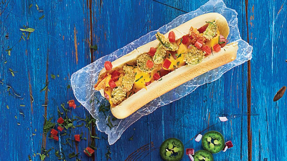 Hot dog con jalapeño empanizado y queso Cheddar