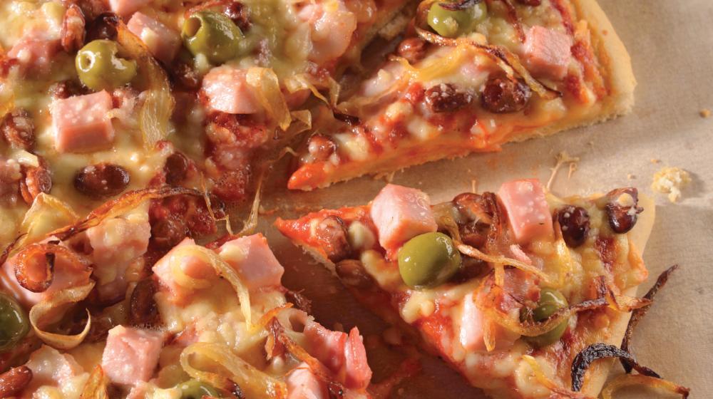 Pizza de jamón y queso con frijoles bayos y tocino