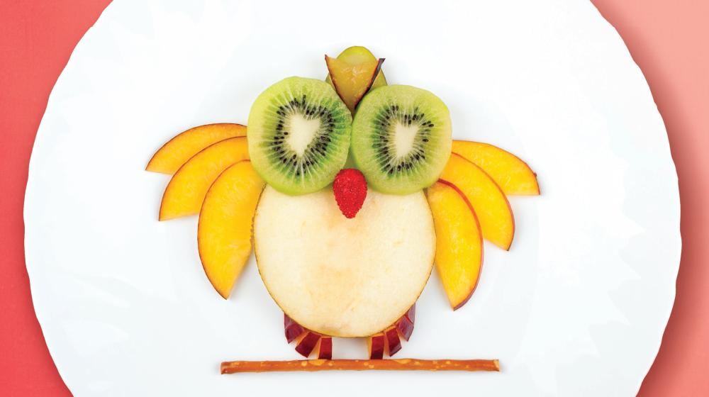 Postre de frutas: búho de manzana y kiwi