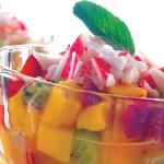 Exquisito cóctel de surimi con frutas