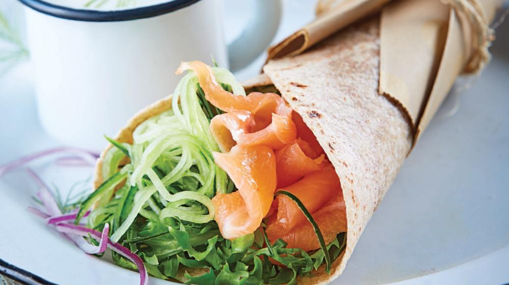 Wrap integral con salmón: un desayuno perfecto para mamá