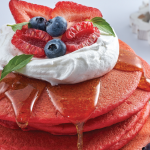 Hot cakes de red velvet y frutos rojos