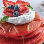 Hot cakes de red velvet y frutos rojos