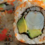 rollo de sushi relleno de camarón con masago