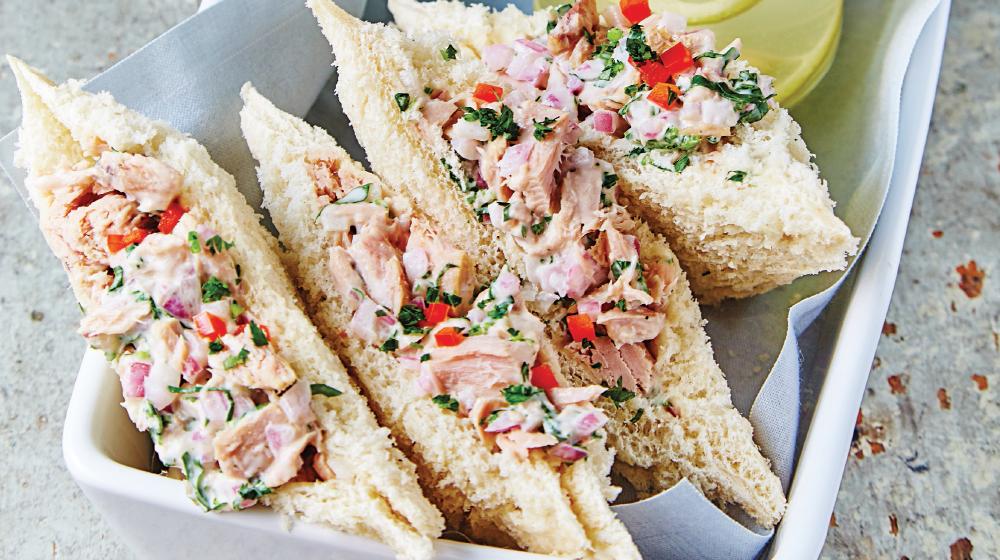 Delicioso sándwich de atún en ensalada