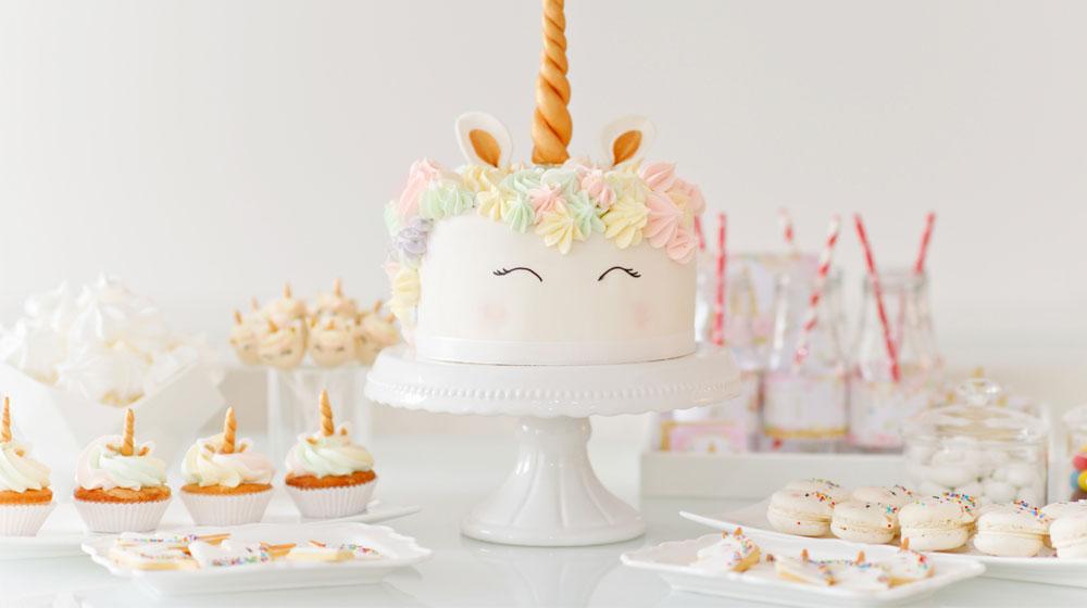 Mesa de dulces de unicornio