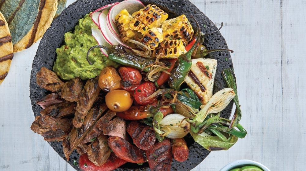 molcajete con carne asada y verduras foto