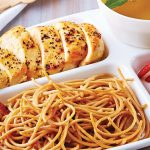 Pechuga asada con espagueti para una comida súper completa