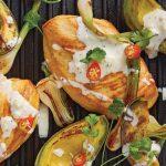 Pollo a la parrilla con aguacate y salsa de queso roquefort
