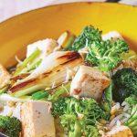 Tofu asado con verduras