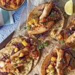 Tacos de pescado estilo Ensenada con pico de gallo de mango