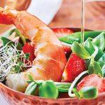 ensalada con fresas y camarones