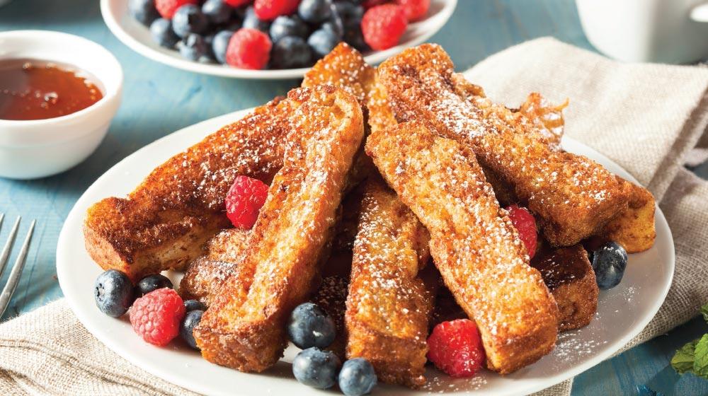 palitos de pan francés con frutos rojos