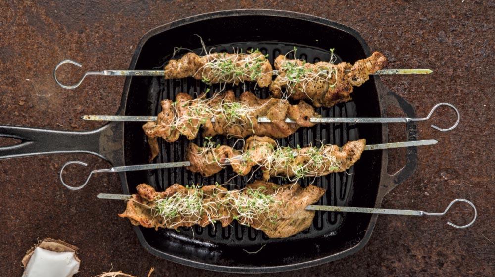 brochetas de cerdo con coco y curry