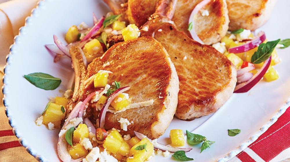 Chuleta de cerdo con piña y ensalada de coliflor