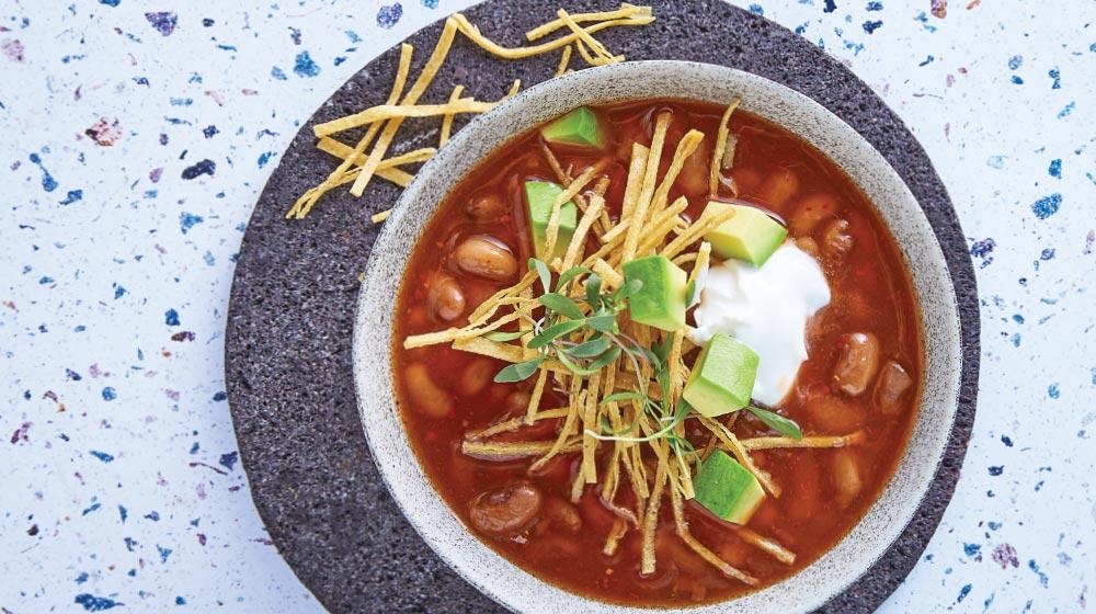 sopa de frijol con tortilla