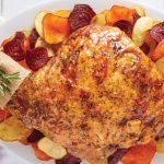 pierna de cerdo al horno con vegetales de colores