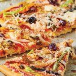pizza de atún con aceitunas negras