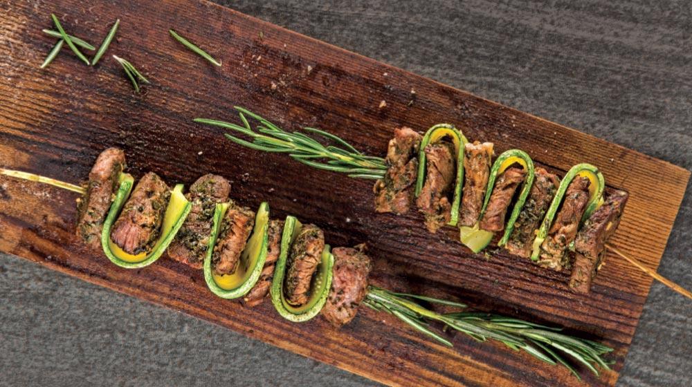 brochetas de carne al romero con calabaza