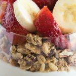 parfait de granola con yogurt, fresas y plátano