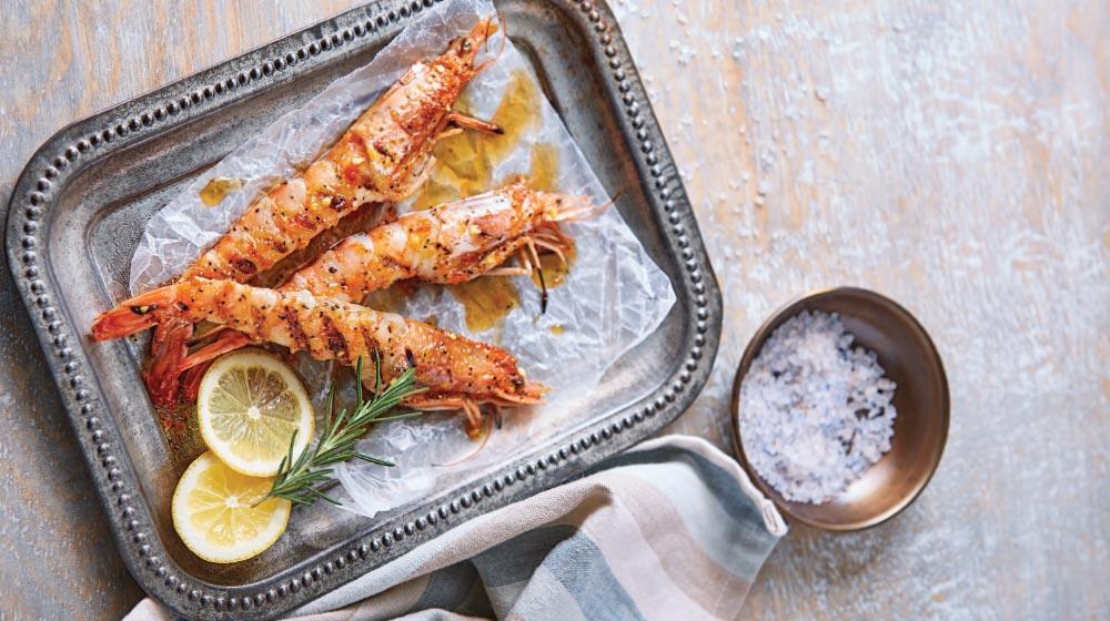 cómo hacer unas brochetas de camarón marinado