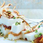 helado de coco con duraznos y pistache