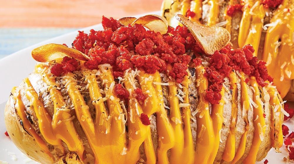 papas rostizadas con chorizo y chips de ajo
