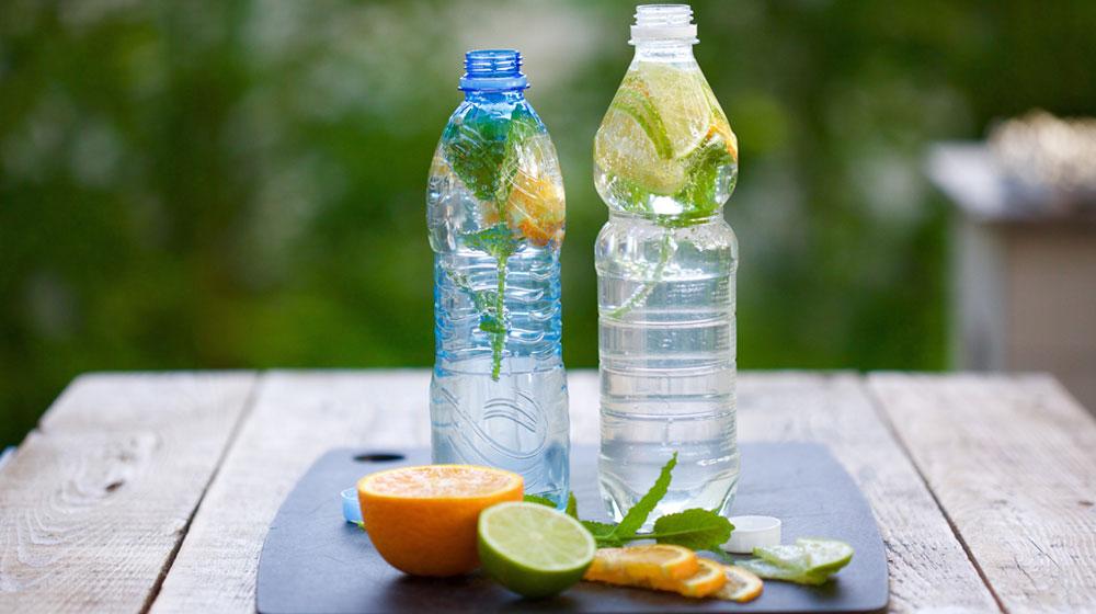 agua de sabores con botellas de plastico