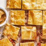 Hojaldre de atún con salsa de cacahuate y chile