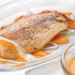 filete de pescado frito con salsa de papaya dulce