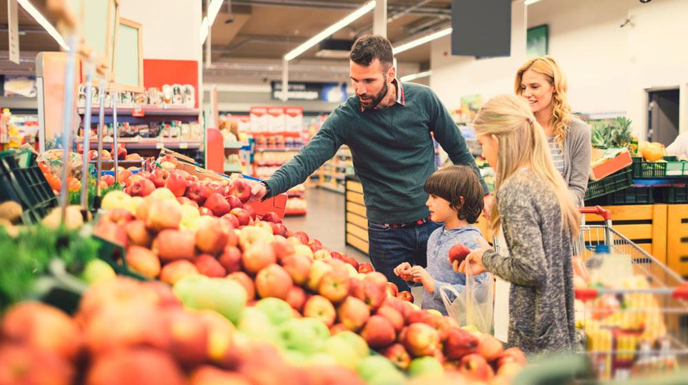 Elegir manzanas en el supermercado