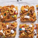 pretzels y bombones en barra