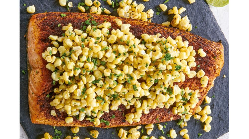 receta con salmón, elote y costra de chiles
