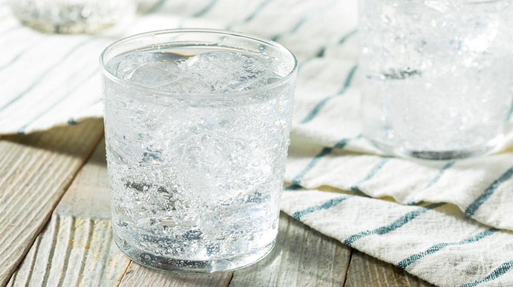 agua mineral para limpiar ollas