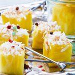 Brochetas con frutas: piña y coco rallado