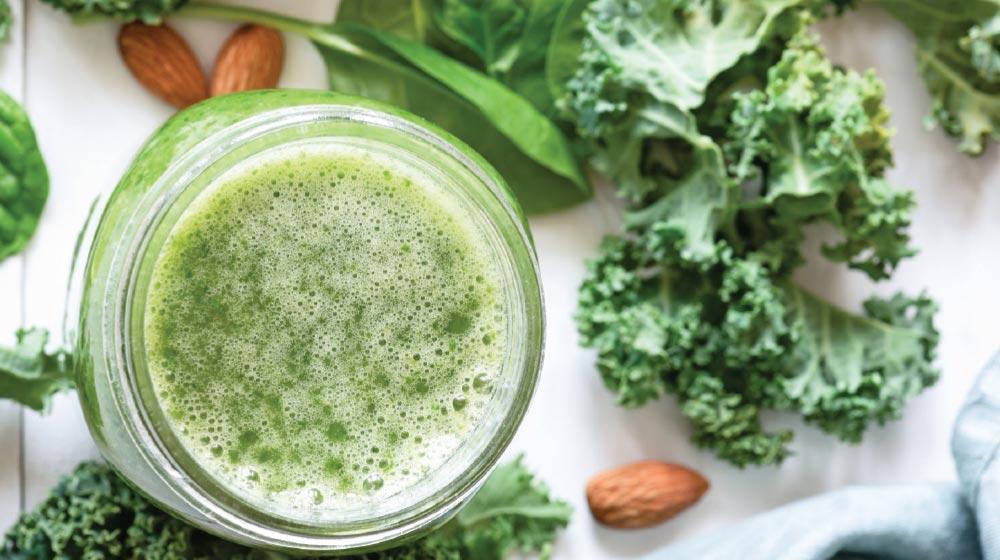 jugo con hojas verdes