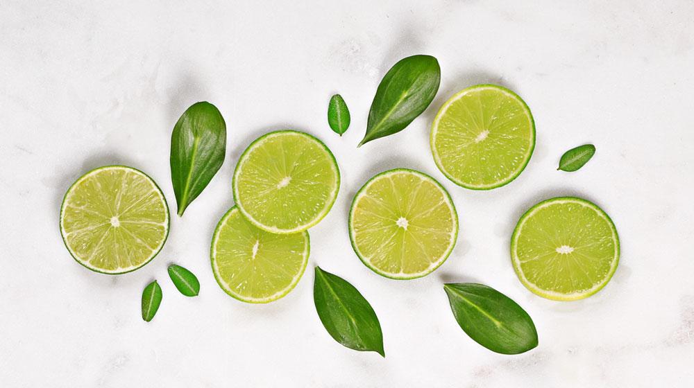 limones verdes con hojas