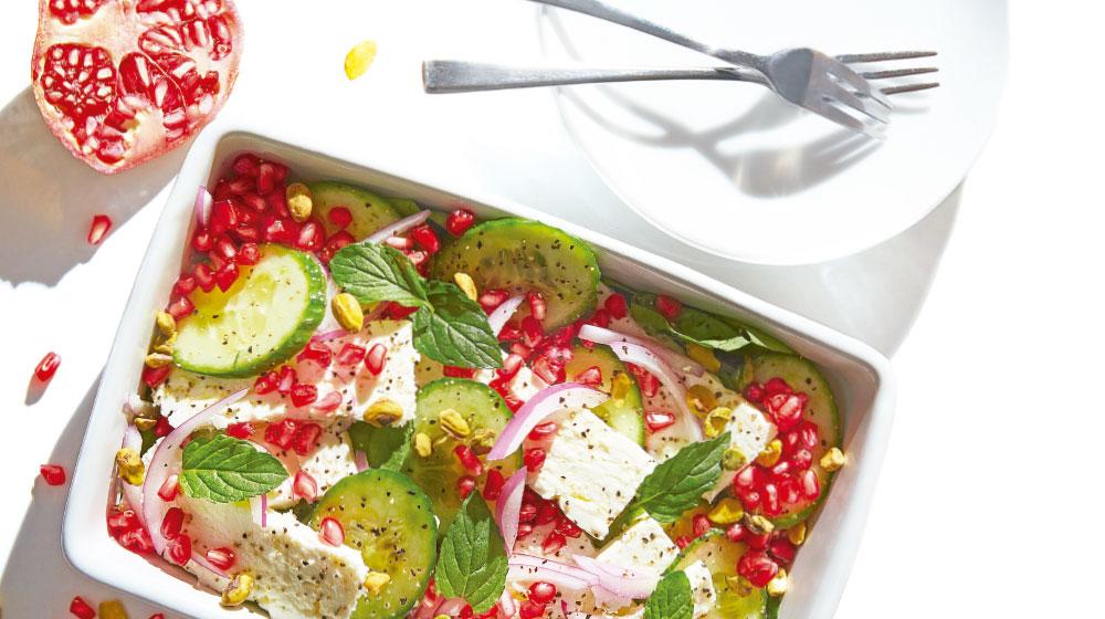 Ensalada fresca con pepinos, granada y queso feta