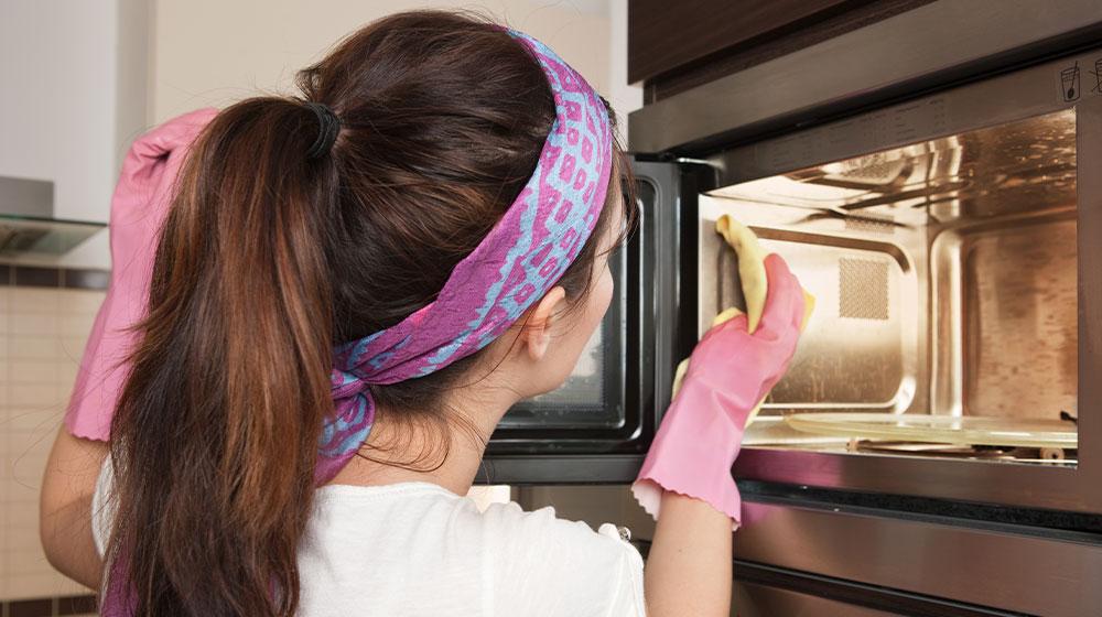 Cómo limpiar el horno de microondas correctamente