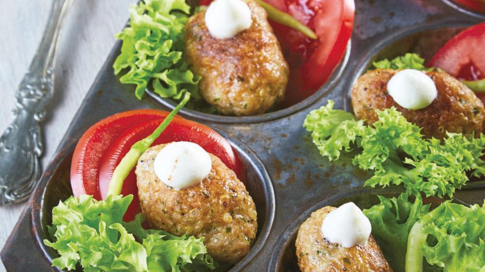 Croquetas de carne molida con ensalada de jitomate