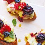 Crostinis de queso Brie con frutos rojos