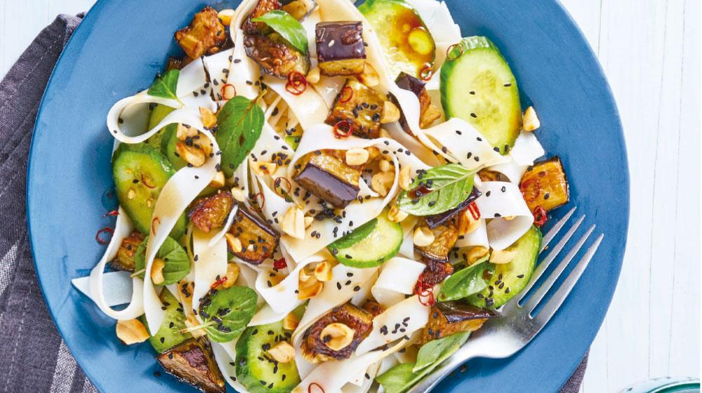Fetuccini Alfredo con pasta de arroz, berenjena, pepino y pistache