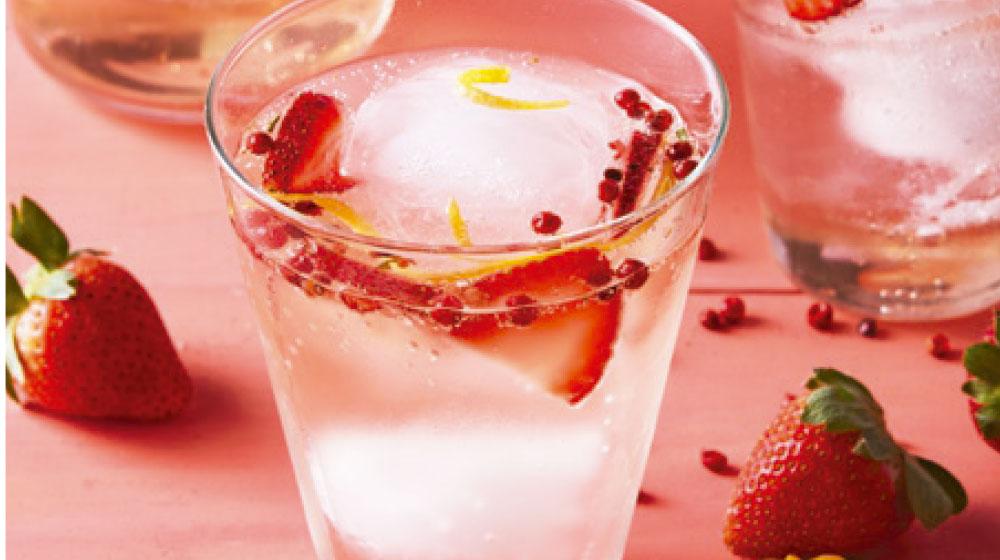 Gin tonic con pimienta rosa y fresas