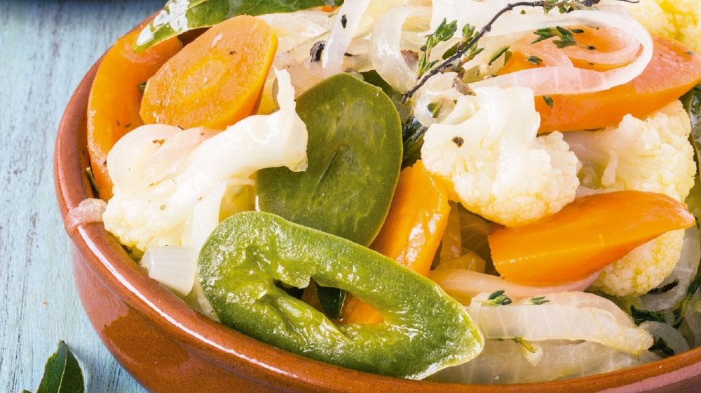 Picles de zanahoria, coliflor y chile jalapeño en escabeche