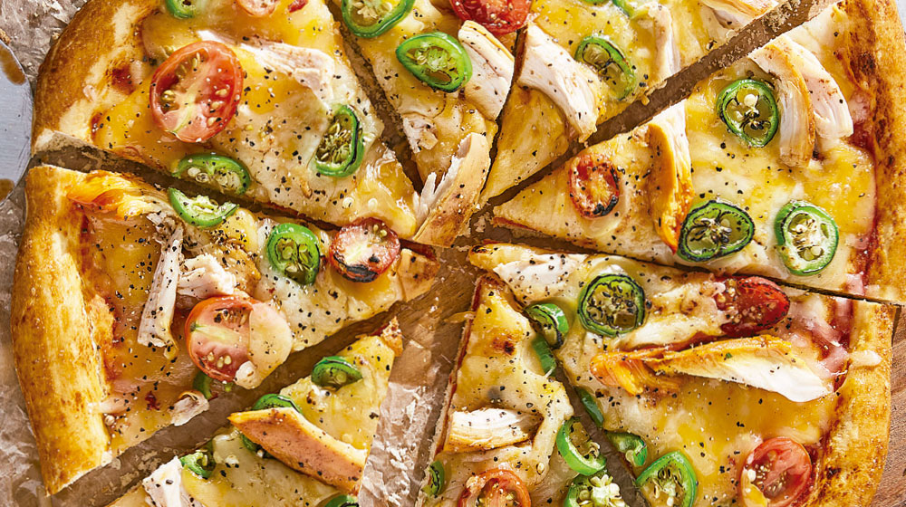 Pizza de pollo rostizado con jitomate y jalapeño