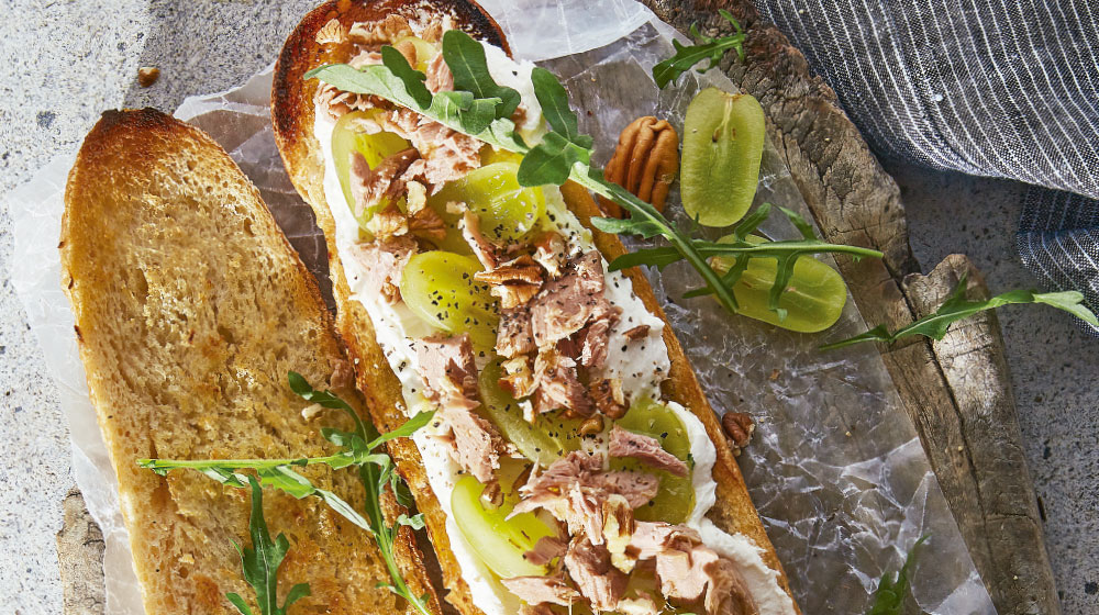 Receta con jocoque: baguette con uvas y atún