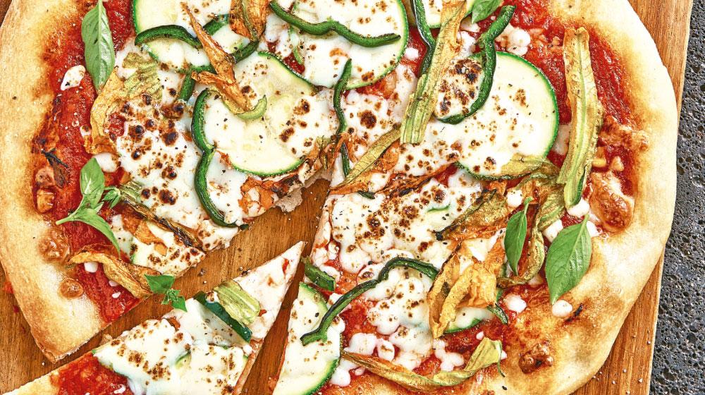 Receta de pizza mexicana con flor de calabaza y chile poblano