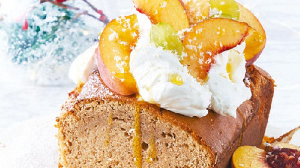 Postre sencillo: panqué de macadamia con crema batida